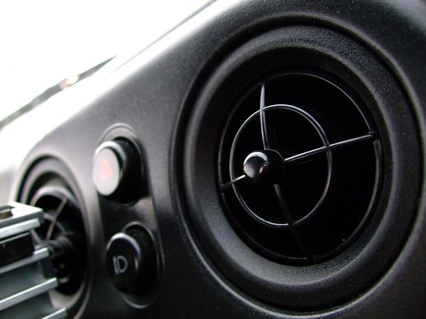 【車のエアコンが臭い!】夏を前にやっておこう、エアコンの匂い対策